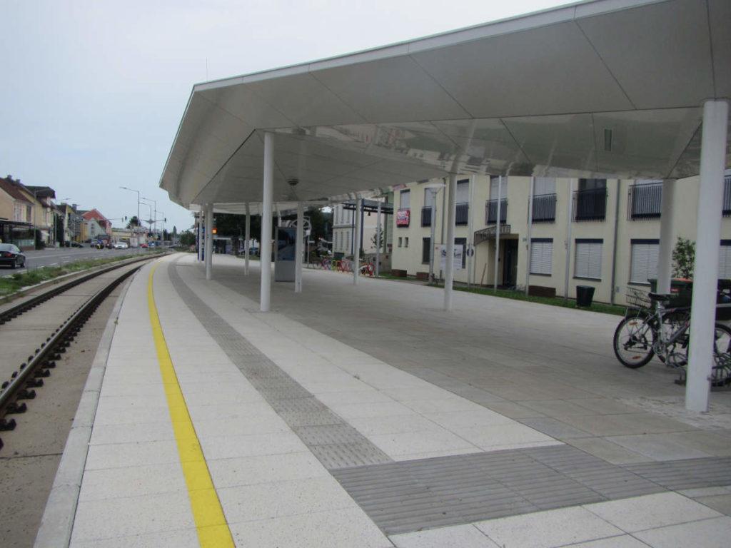 Zughaltestelle ohne Sitzgelegenheit