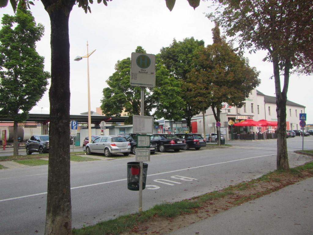 Bushaltestelle ohne Wartehäuschen