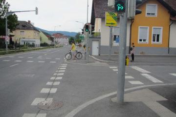 Masten von Ampel verstellen den Geh- und Radweg