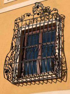 Barocker Fensterkorb am Pfarrhof am Weizberg